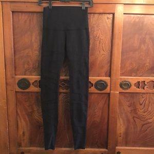 Lululemon black hi waist legging w/mesh detail sz4